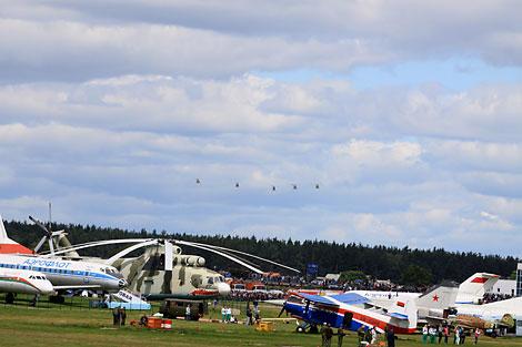 Exhibición de vuelo en el aeródromo Borovaya