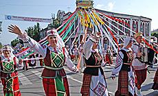 International folk arts festival Friendship Wreath