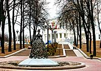Живописный парк и аллея возле Большого театра Беларуси