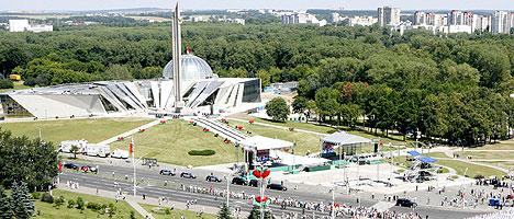 Панорама проспекта Победителей. Праздничное шествие в День Независимости