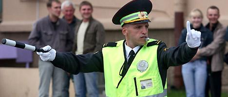 交警在指挥交通