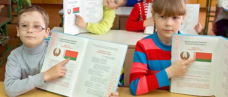 白俄罗斯小学生在学习国家标志。