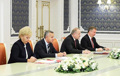 Belarus president against exorbitant salaries in banking sector
