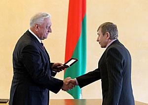 Myasnikovich presents state awards to distinguished Belarusians