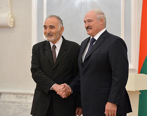 Президент Беларуси Александр Лукашенко и Чрезвычайный и Полномочный Посол Афганистана в Беларуси по совместительству Абдул Каюм Кочай