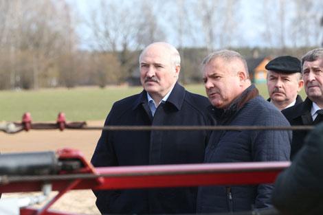 Лукашенко: Люди должны сами искать работу, но государству необходимо помочь им в этом