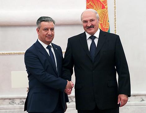 Президент Беларуси Александр Лукашенко и Чрезвычайный и Полномочный Посол Узбекистана в Беларуси Бахром Ашрафханов