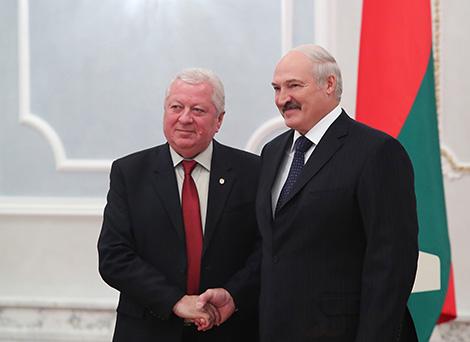 Президент Беларуси Александр Лукашенко и Чрезвычайный и Полномочный Посол Молдовы в Беларуси Виктор Сорочан