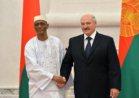 Президент Беларуси Александр Лукашенко и Чрезвычайный и Полномочный Посол Мали в Беларуси по совместительству Тиефин Конате