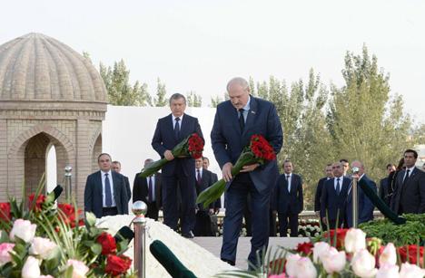 Лукашенко посетил могилу Ислама Каримова в Самарканде