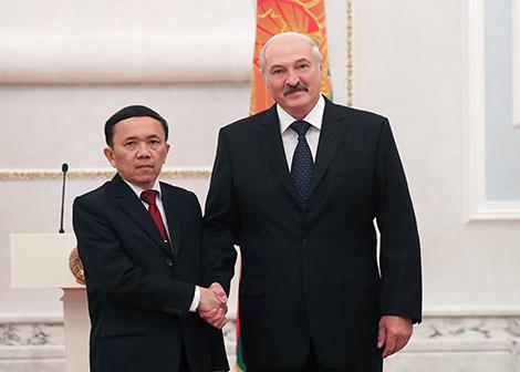 Президент Беларуси Александр Лукашенко и Чрезвычайный и Полномочный Посол Лаоса в Беларуси по совместительству Сивиенгпхет Пхетворасак