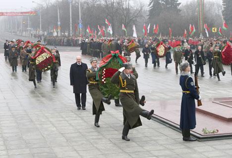 Президент Беларуси Александр Лукашенко возложил венок к монументу Победы в Минске