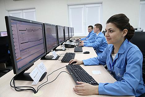 Лукашенко посетил Наземный комплекс управления Национальной системы спутниковой связи и вещания