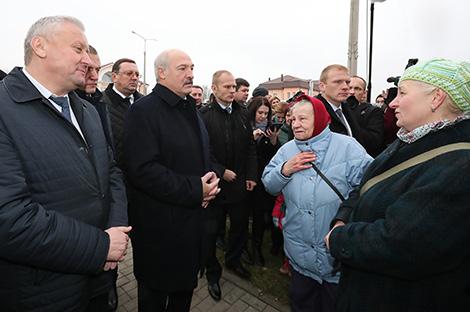 Александр Лукашенко во время общения с жителями Буда-Кошелево