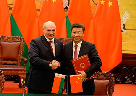 Президент Беларуси Александр Лукашенко и Председатель КНР Си Цзиньпин по итогам официальных переговоров в Пекине подписали совместную декларацию Беларуси и КНР