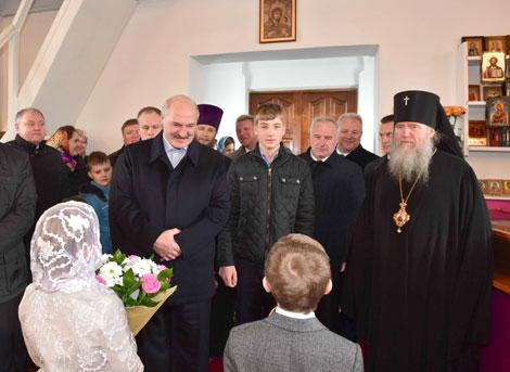 Лукашенко в праздник Пасхи зажег свечу в храме Преображения Господня
