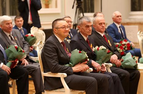 Лукашенко вручил госнаграды лучшим труженикам по итогам пятилетия