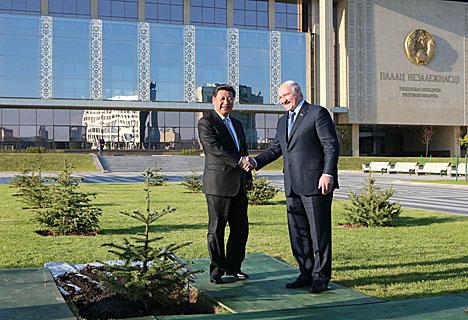 Си Цзиньпин посадил дерево на Аллее почетных гостей у Дворца Независимости