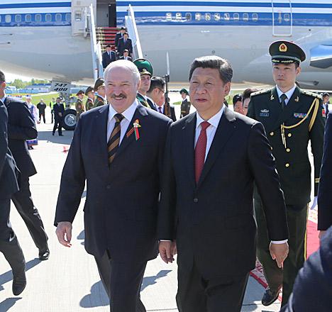 Высокого гостя в Национальном аэропорту Минск встретил Президент Беларуси Александр Лукашенко