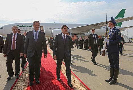 Президент Туркменистана Гурбангулы Бердымухамедов и заместитель премьер-министра Беларуси Анатолий Калинин