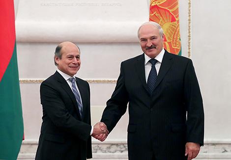 Президент Беларуси Александр Лукашенко и Чрезвычайный и Полномочный Посол Перу в Беларуси по совместительству Луис Бенхамин Чимой Артеага
