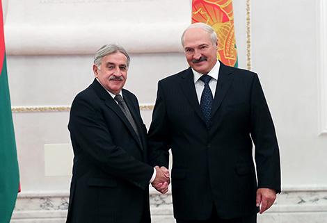 Президент Беларуси Александр Лукашенко и Чрезвычайный и Полномочный Посол Уругвая в Беларуси по совместительству Энрике Хуан Дельгадо Хента