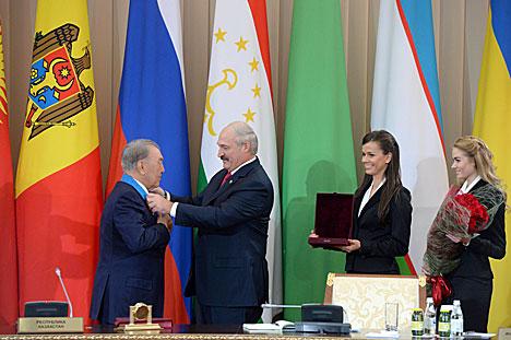Лукашенко вручил Назарбаеву орден Дружбы народов