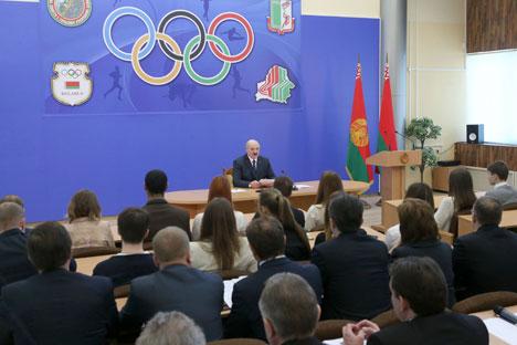Александр Лукашенко во время посещения Белорусского государственного университета физкультуры