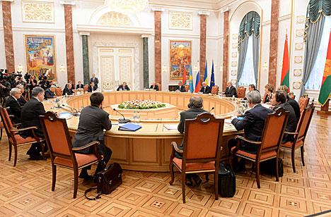 Лукашенко призывает участников переговоров в Минске отбросить политические амбиции и подумать о судьбе людей