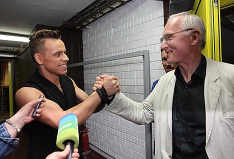 Министр культуры Борис Светлов поздравляет Алексея Гросса с победой