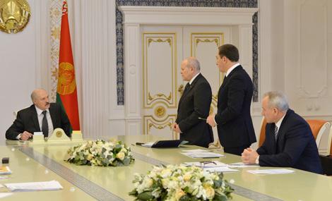 Лукашенко поручил решить проблемы с передачей предприятий в доверительное управление