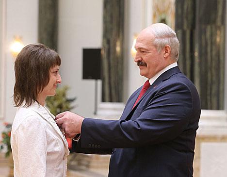 Александр Лукашенко вручает орден Матери Татьяне Худяковой