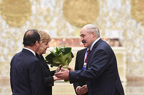 Президент Франции Франсуа Олланд и канцлер Германии Ангела Меркель прибыли во Дворец Независимости в Минске