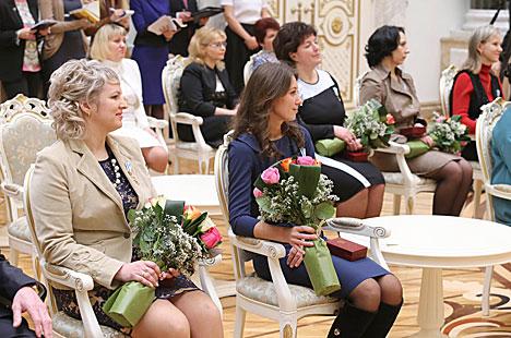 Президент Беларуси вручил государственные награды заслуженным женщинам страны