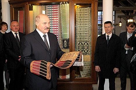 """Александр Лукашенко посетил предприятие """"Слуцкие пояса"""""""