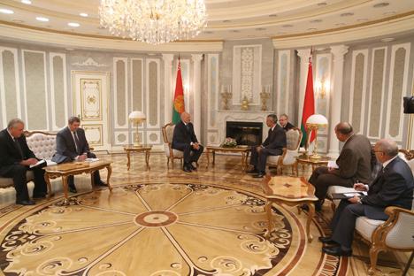 Развитие белорусско-кубинских отношений обсуждено на встрече Лукашенко со спецпредставителями Фиделя Кастро
