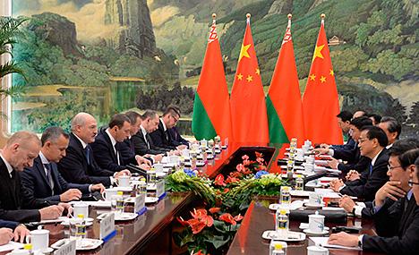 Президент Беларуси Александр Лукашенко и Премьер Государственного совета Китайской Народной Республики Ли Кэцян провели переговоры в Пекине
