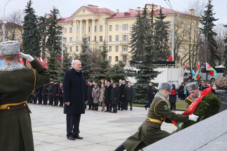 Лукашенко возложил венок к монументу Победы в Минске в День защитников Отечества