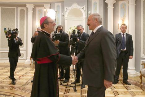 Лукашенко: Беларусь продолжит политику налаживания самых тесных отношений с Ватиканом