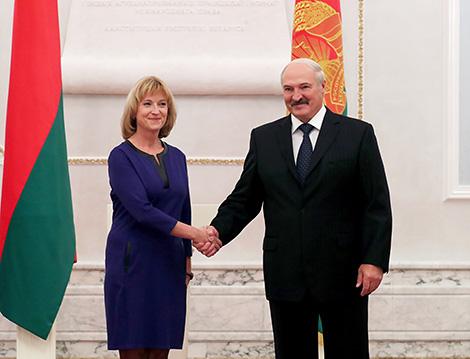 Президент Беларуси Александр Лукашенко и Чрезвычайный и Полномочный Посол Швеции в Беларуси Кристина Юханнессон