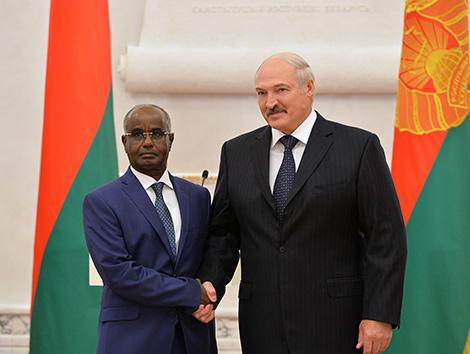 Президент Беларуси Александр Лукашенко и Чрезвычайный и Полномочный Посол Джибути в Беларуси по совместительству Мохамед Али Камиль