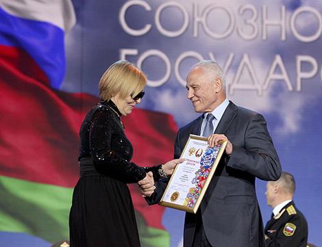 Grigory Rapota presents an wawrd to a singer Olga Kormukhina
