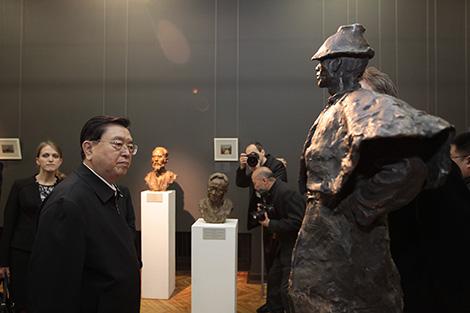 Zhang Dejiang visits National Art Museum of Belarus