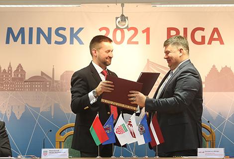 Председатель Федерации хоккея Латвии Айгар Калвитис и председатель Федерации хоккея Беларуси Игорь Рачковский во время подписания соглашения о совместном проведении мирового форума 2021 года