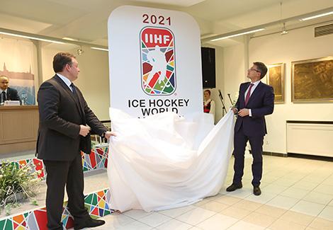Председатель Мингорисполкома Андрей Шорец и председатель Рижской думы Нил Ушаков представляют логотип турнира