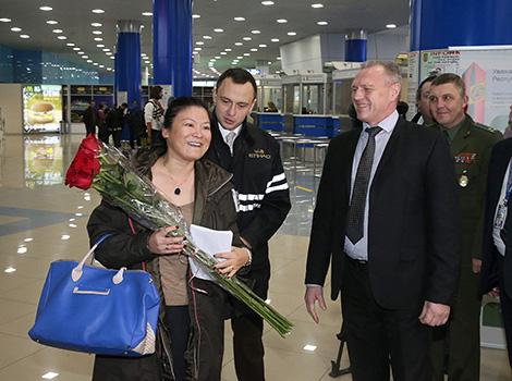 Безвизовую туристку из Китая встретили в Национальном аэропорту Минск с цветами