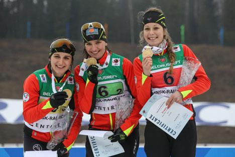 Команда Франции (Хлое Шевалье, Жулия Симон, Лена Арно) победила в эстафетной гонке юниорок