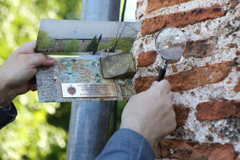 Участок стены, где обнаружили отпечаток