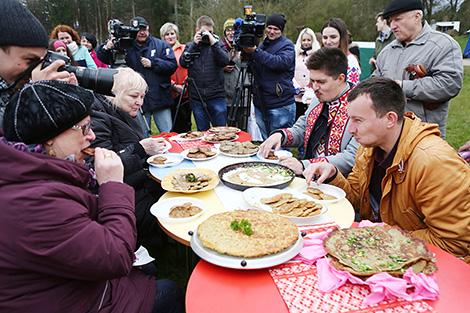 Новый сезон на Августовском канале открыли конкурсами по поеданию драников на скорость