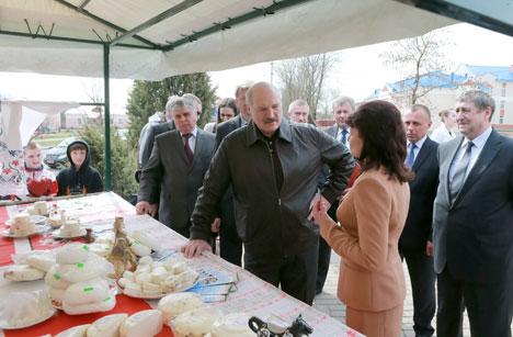 Лукашенко: Молодежь должна продолжать традиции народных белорусских промыслов